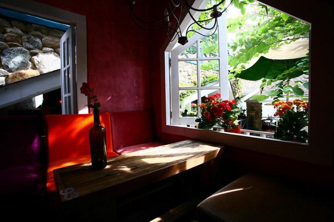 Trên gác, nhiều chỗ ngồi kín đáo và lãng mạn bên cửa sổ thích hợp cho các đôi tình nhân hẹn hò.