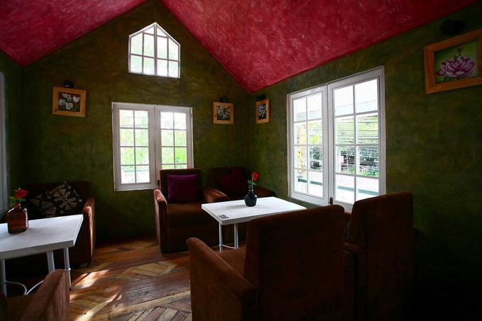 Nội thất mỗi phòng được bài trí khác nhau, từng chi tiết đều hài hòa, giản dị. Nhờ có nhiều cửa sổ, mỗi căn phòng đều ngập tràn nắng gió.