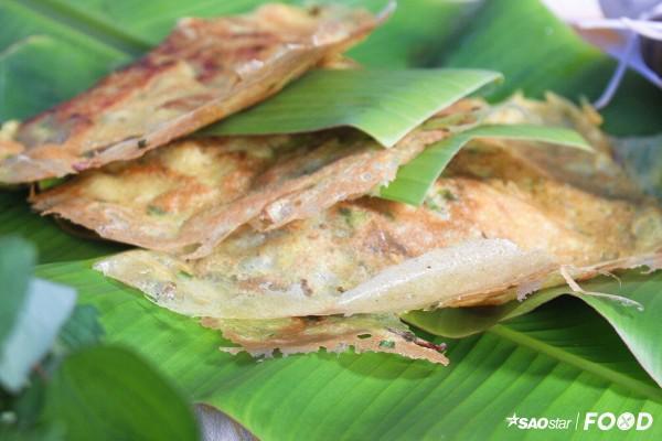 Chiếc bánh xèo ngon có vỏ giòn rụm nhưng không cứng, béo bùi thơm hương nghệ và nước cốt dừa.