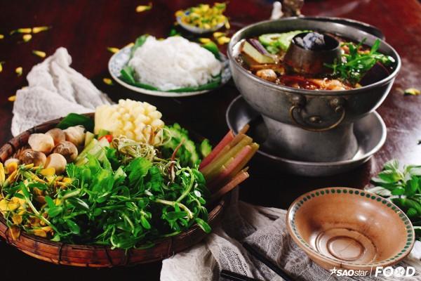 Lẩu mắm hấp dẫn bởi rau ăn kèm đa dạng kết hợp cùng nhiều nguyên liệu tươi ngon và nước dùng ngon ngọt từ mắm.