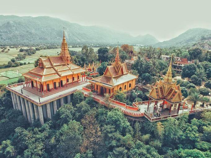 Ngôi chùa được xây dựng trên những cột trụ cao hàng chục mét giữa núi rừng. Ảnh: Lang thang An Giang