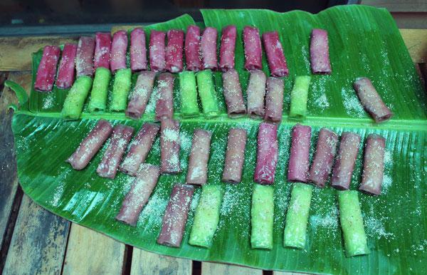 Bánh cuốn ngọt có vị ngọt vừa của đường, vị béo của dừa, bùi của đậu mùi thơm của bột, của lá dứa