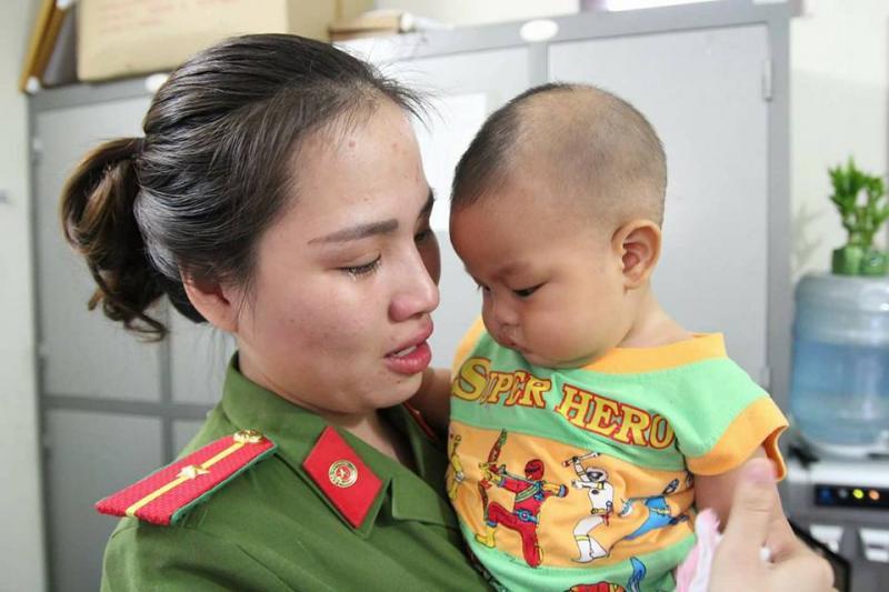 Nữ Thiếu úy công an Khuất Khánh Ly bật khóc khi chia sẻ về bé trai bị bỏ rơi.