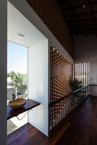 Nội thất gỗ mang màu của đất mẹ hợp gỗ với nguyên liệu gạch nung giúp căn nhà mang hơi thở đồng quê đến lạ.