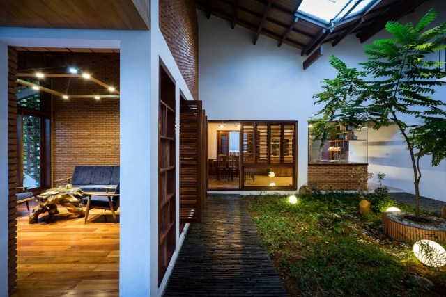 Những cánh cửa lùa mang đậm hồn quê Việt.