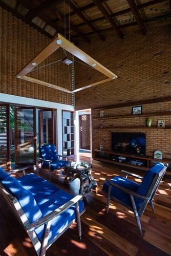 Phòng khách mộc mạc đầy nắng và gió.