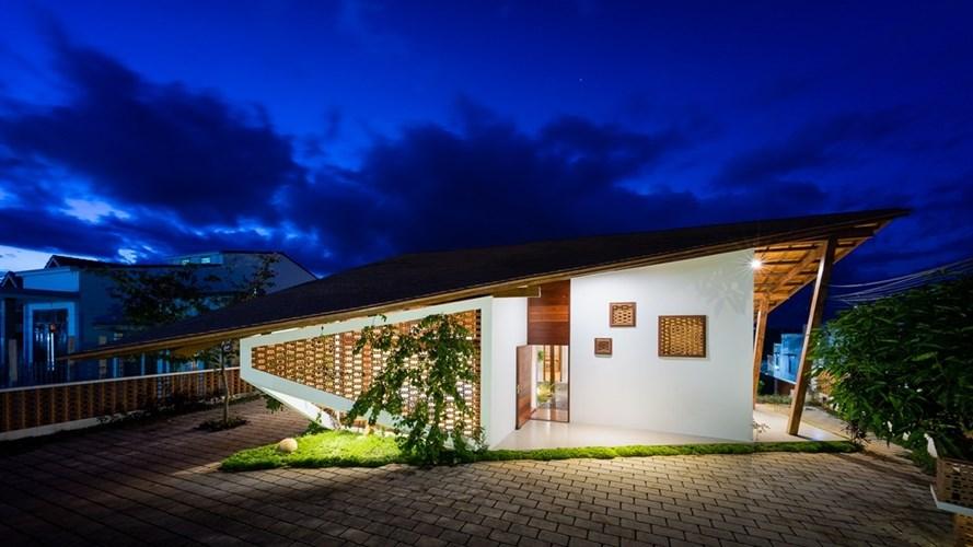 Hoàn thành vào năm 2016, ngôi nhà mái ngói do đơn vị 3 Atelier thực hiện gây ấn tượng mạnh bởi kiến trúc vô cùng độc đáo.