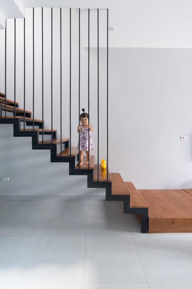 Cầu thang lối lên từ tầng 2 có thiết kế bằng sắt với mặt bậc ốp gỗ giúp nhẹ kết cấu và tăng độ thông thoáng.