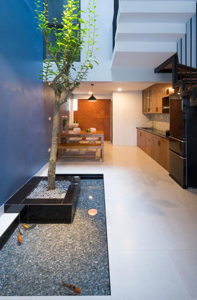 Trên mảnh đất diện tích 52m2, ngôi nhà được xây 3 tầng với không gian tầng 1 dành cho nơi để xe, phòng khách, bếp và khu vực ăn uống.