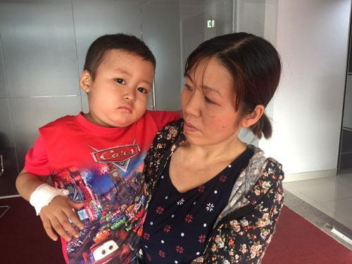 Cần Thơ: Người cha nghèo chạy xe ôm mong cứu con trai ung thư máu