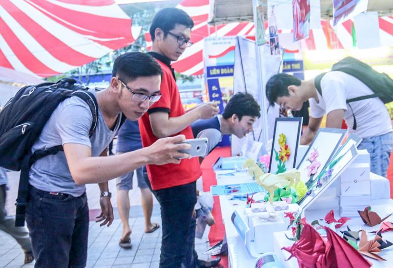 Nghệ thuật xếp giấy Origami của Nhật Bản luôn thu hút du khách. Trong ảnh: Du khách thích thú chụp những tác phẩm Origami tại Lễ hội Việt- Nhật 2016.