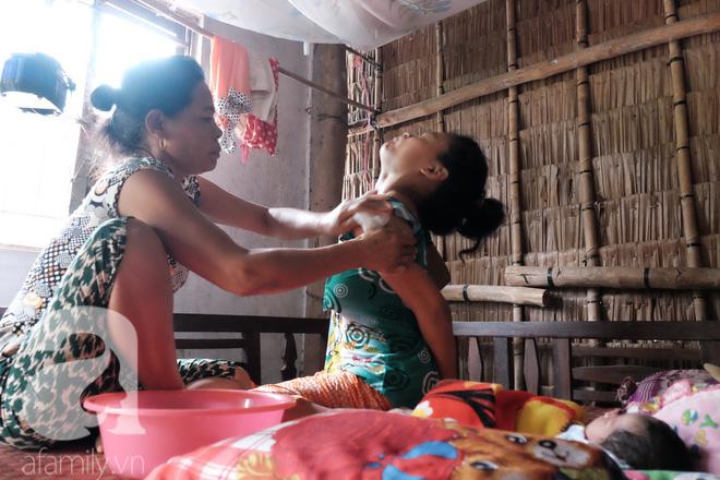 Mọi sinh hoạt hằng ngày của hai mẹ con chị Mai đều do một tay người mẹ ghẻ săn sóc.