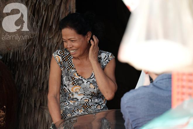 Nụ cười bẽn lẽn nhưng đầy hạnh phúc của bà Phơi mỗi khi nhắc đến chồng, đến con.