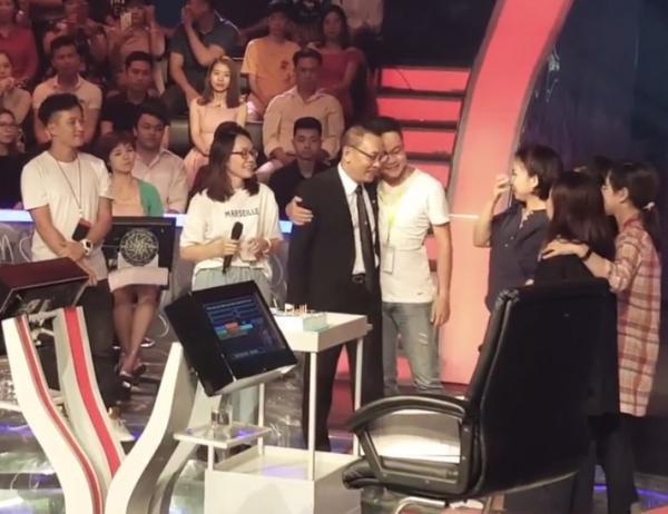 MC Lại Văn Sâm xúc động chia tay khán giả cùng ê-kíp đã gắn bó với mình.