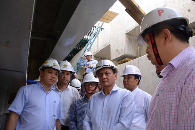 Thứ trưởng Bộ GTVT Nguyễn Nhật, kiểm tra vết nứt trụ P26 cầu Vàm Cống (ảnh CTV)