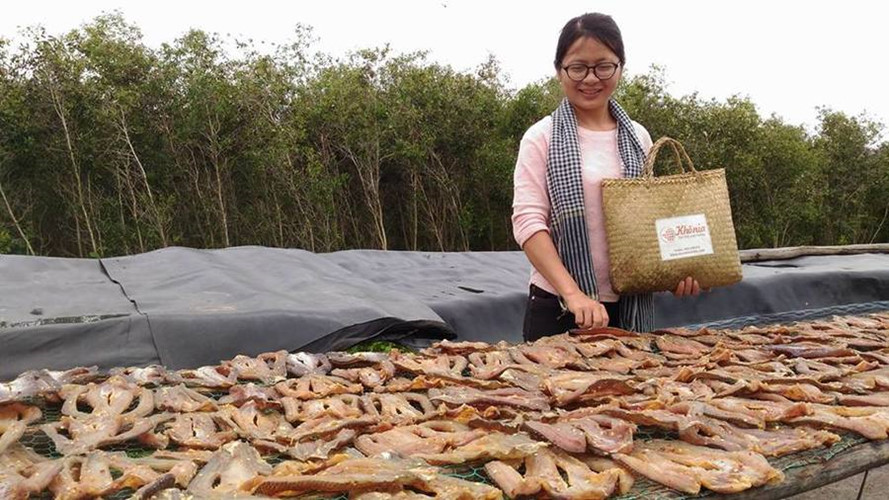 Cá được phơi trên giàn phơi, thiết kế cách mặt đất khoảng 1m, sau một giờ phơi là trở mặt cá một lần để cá khô đều. Ảnh: Khocalocmientay.