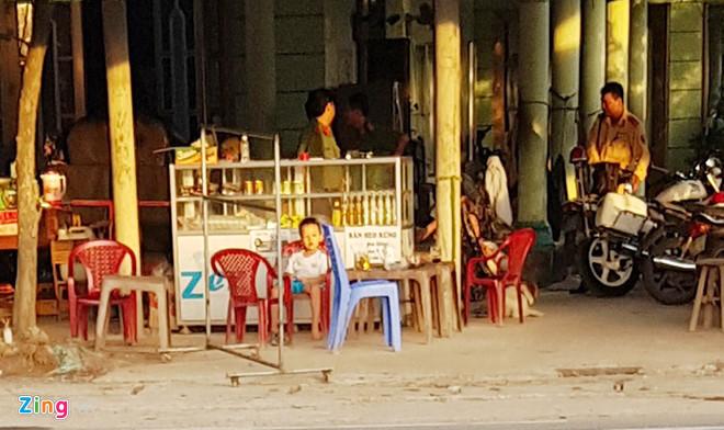 Cách điểm thu tiền mệnh giá nhỏ vài bước chân, cảnh sát xuất hiện trong nhà dân. Ảnh: Việt Tường.