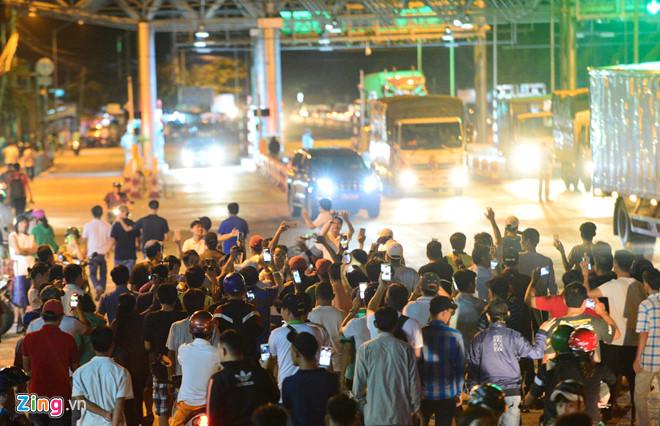 Rất đông tài xế tụ tập quanh BOT Cai Lậy để bày tỏ niềm vui khi Thủ tướng quyết định dừng thu phí trong vòng 1 tháng. Ảnh:Tùng Tin.