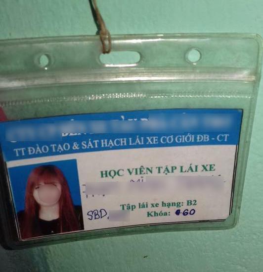Tấm thẻ học viên mà cô gái này để lại.