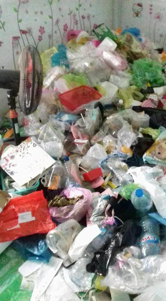 Căn phòng như núi rác khiến nhiều người không tin vào mắt mình.