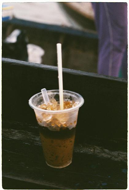 Cà phê sữa cũng được nhiều người lựa chọn vì sự ngọt ngào mà không quá đắng, với giá 10.000 đồng một ly. Ảnh: Phong Vinh.