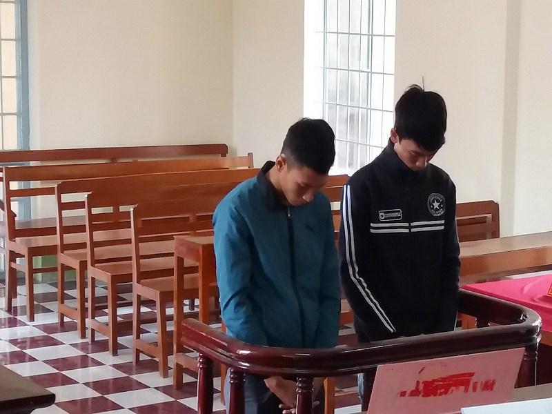 Toàn (áo xanh) và Trí tại tòa