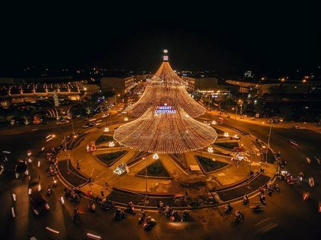 Cây thông phát sáng thu hút người dân đến chiêm ngưỡng.