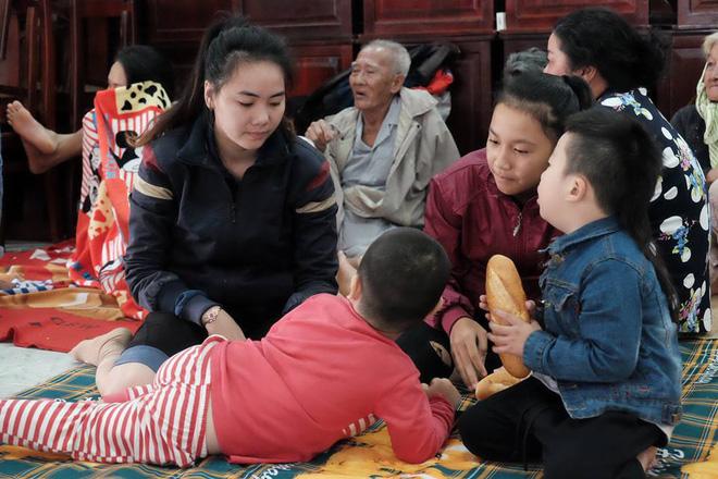 Trẻ em và người già được sắp xếp đưa đến tránh bão tại hội trường của xã