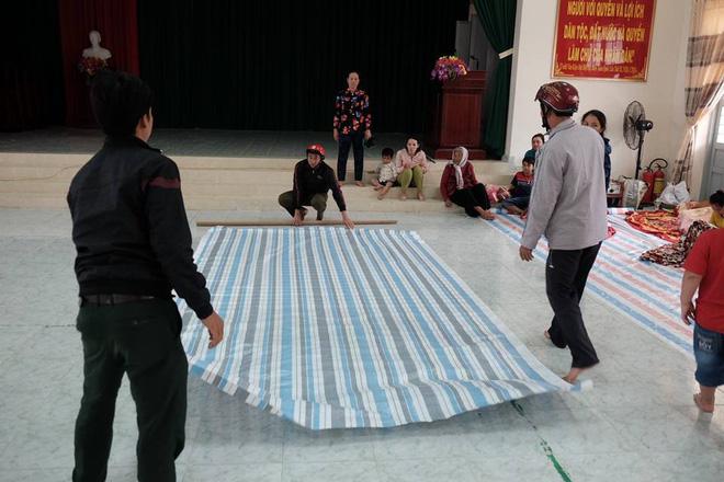 Các tấm bạt được trải làm chỗ nghỉ tạm cho dân.