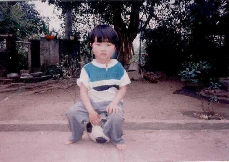 Ảnh hồi nhỏ của Xuân Trường với quả bóng thân thuộc.