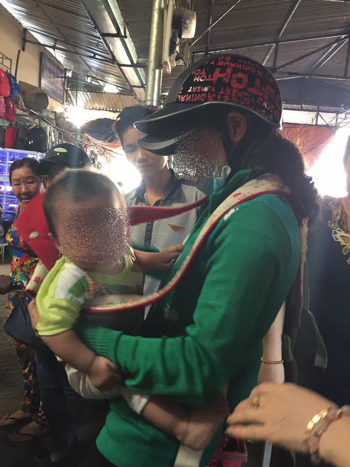 Mẹ mang con ra giữa chợ rao bán - Ảnh: Facebook