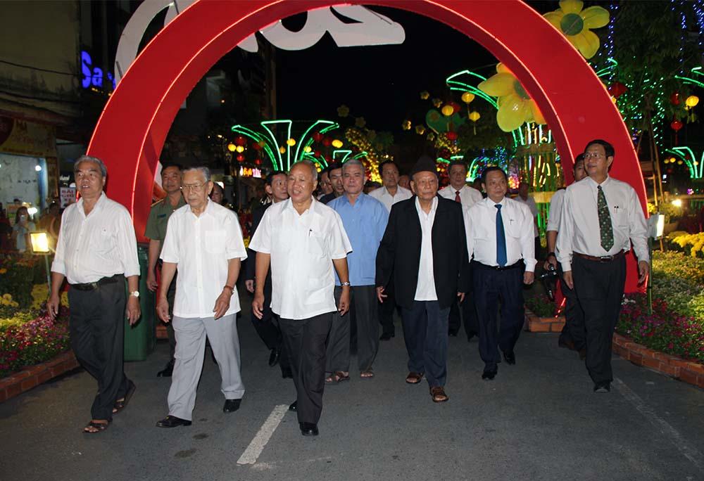 Lãnh đạo và nguyên lãnh đạo TP Cần Thơ thăm quan đường hoa sau lễ khai mạc
