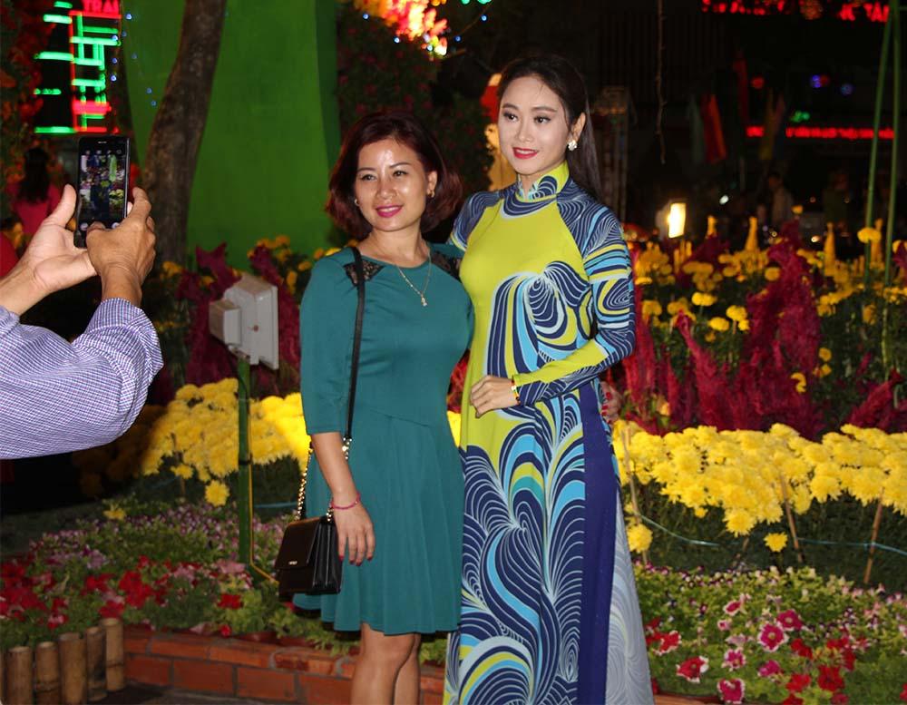 Thiếu nữ Tây Đô diện áo dài chụp hình tại đường hoa