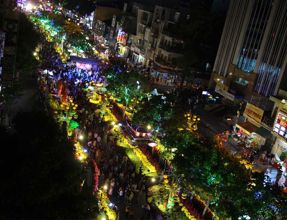 Hàng ngàn người dân đã đổ tới đây để thưởng lãm đường hoa năm nay.