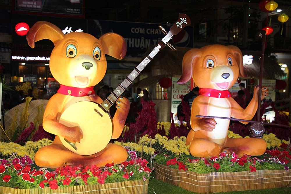 Ngoài ra, một số ý kiến cũng cho rằng bản nhạc các chú chó tấu tại đường hoa nghệ thuật nghe nãonề, không hợp ngày xuân.