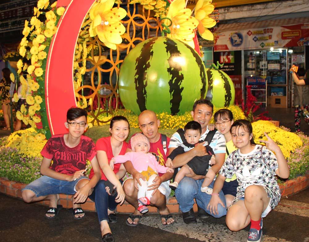 Nhiều gia đình tranh thủ chụp ảnh tại đường hoa