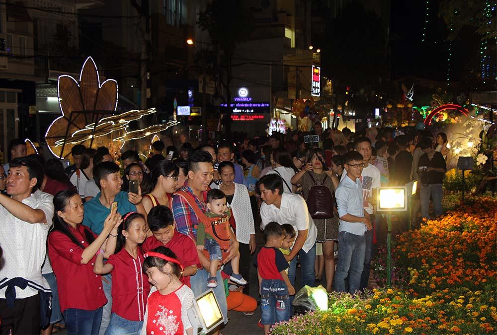 Trong đêm khai mạc, các khu tiểu cảnh đủ sắc hoa thu hút rất đông người dân đến chiêm ngưỡng, chụp ảnh