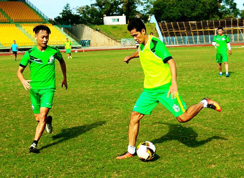 rung vệ Văn Quân (phải) là cầu thủ hiếm hoi trưởng thành từ bóng đá Cần Thơ có mặt trong đội XSKT Cần Thơ từ khi lên hạng V.League. Ảnh: TRUNG PHẠM