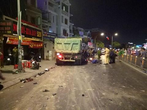 Chiếc xe ben gây tai nạn nghiêm trọng tại hiện trường