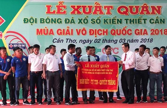 HLV Đinh Hồng Vinh nhận cờ xuất quân từ lãnh đạo đội bóng