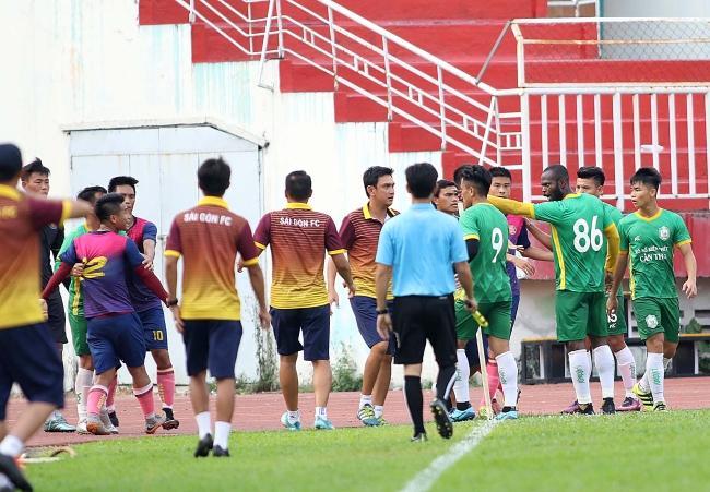 Sau những tình huống va chạm mạnh trên sân, các cầu thủ Sài Gòn FC và XSKT Cần Thơ đã không kiềm chế được cơn nóng và lao vào nhau