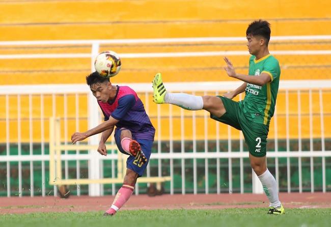 Trận đấu khởi đi bằng những pha vào bóng cứng rắn của cầu thủ cả hai đội