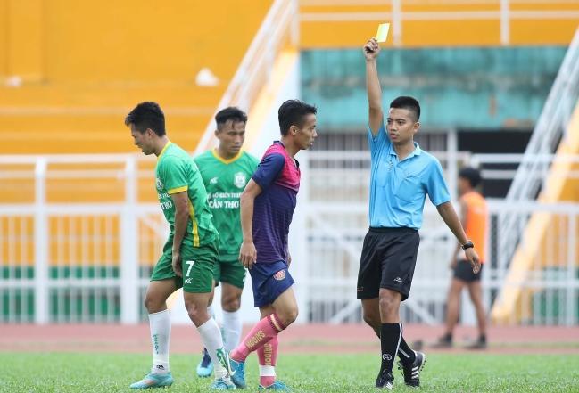 Trận đấu được thiết lập lại 10 phút sau đó. Và vẫn với những pha vào bóng triệt hạ nhau, đội trưởng kiêm HLV phó của Sài Gòn FC phải nhận chiếc thẻ vàng từ trọng tài
