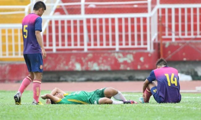 Trong một pha tranh chấp bóng, cầu thủ Cần Thơ phải nằm sân từ pha va chạm rất kín của binh đoàn Sài Gòn FC