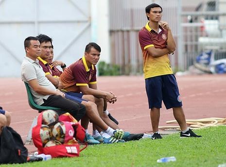 Để cắt cơn nóng đầu, chủ tịch Trần Tiến Đại phải xuống sân, ngồi cùng Sài Gòn FC