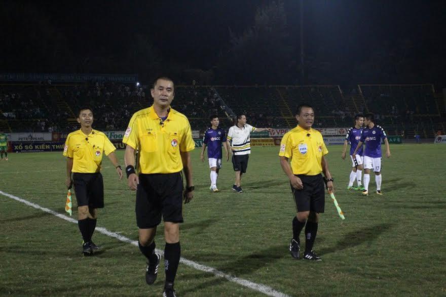 Trọng tài Nguyễn Trọng Thư (giữa từ phải sang) từng gây tai tiếng trong trận đấu scandal giữa TPHCM và CLB Long An ở vòng 6 V-League 2017.