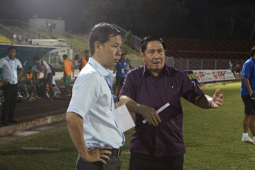 Chủ tịch Lê Việt Hùng phản ứng với trọng tài Nguyễn Trọng Thư.