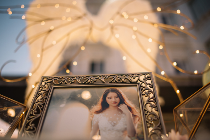 Vị trí đặt từng chiếc ảnh trên bàn lưu niệm cũng được sắp xếp một cách đầy ẩn ý. Tấm ảnh của cô dâu nằm trọn trong đôi cánh rộng mở, gợi liên tưởng để sự chở che, ôm ấp.
