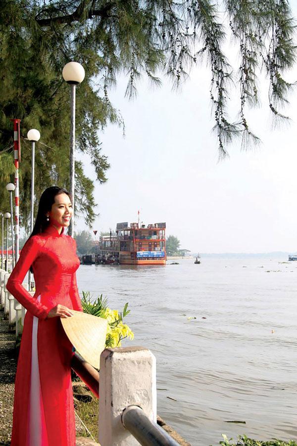 Thiếu nữ thướt tha ở bến Ninh Kiều. Ảnh: Duy Khôi