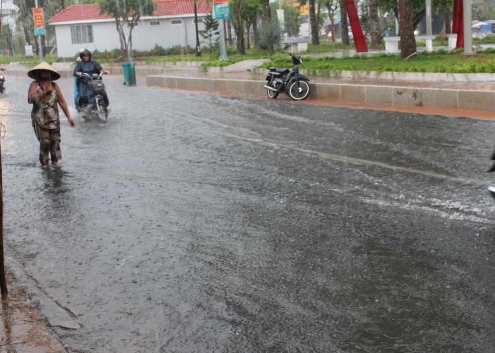 Mưa lớn làm ngập nghẹt, trở ngại giao thông tại đường 26 Tháng 3, quận Ô Môn, TP Cần Thơ (ảnh chụp lúc 18 giờ ngày 22-3-2018).